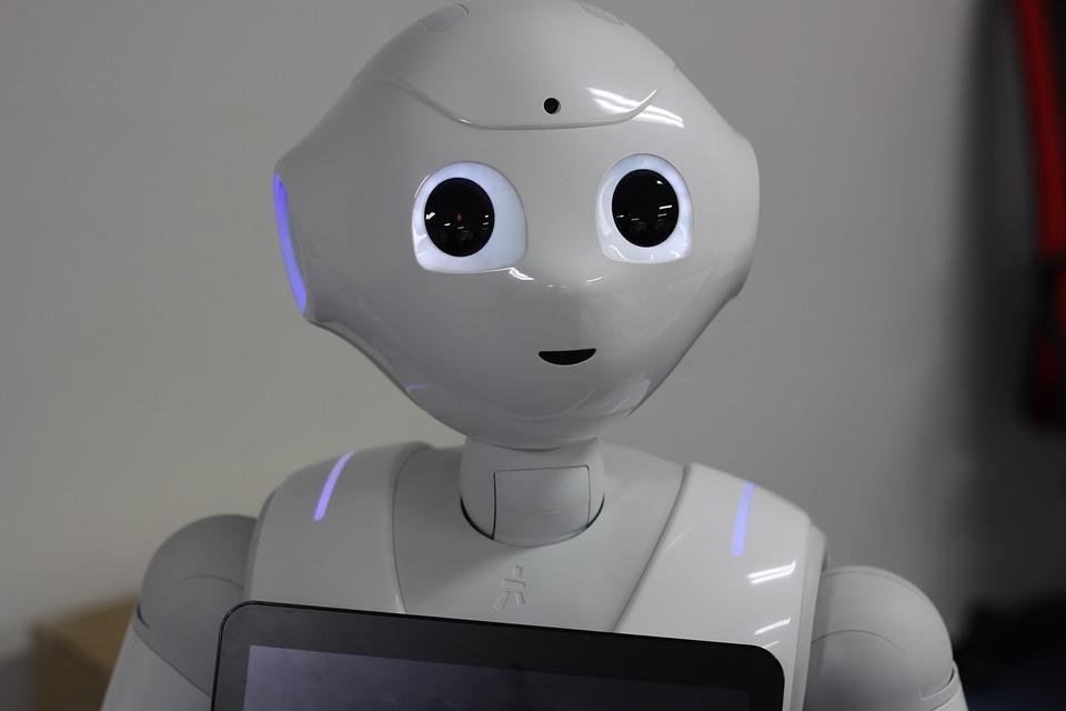 ロボットたちがおもてなしをする無人カフェがオープン